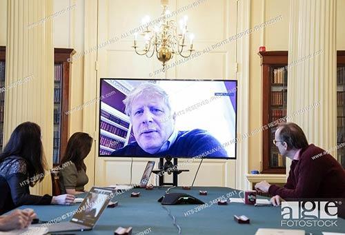 El primer ministro británico, Boris Johnson, preside una reunión de actualización de COVID-19 por la mañana de forma remota durante su autoaislamiento después de dar positivo por COVID-19