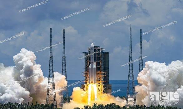 China envía el cohete transportador Long March-5 en su primera misión a Marte, que partió desde el centro espacial de Wenchang, en la provincia insular china de Hainan