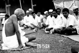 Mahatma Gandhi speaking to harijan workers Sevagram Ashram , September 1940 , India